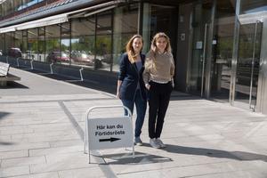 Johanna Stephan och Rebecka Ryblad jobbar deltid med att informera om EU, och deltid som utredare på Södertälje kommun.