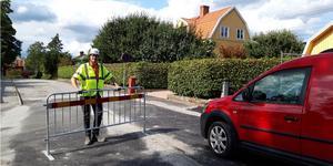 På bilden syns Niclas Sandberg, arbetsledare på Skanska i Södertälje tillsammans med den första bilen som körde på den nya gatan.