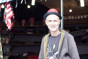 Andy Besagne säljer hattar och promenadkäppar med drak- och ormhuvuden.