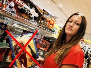 Petra Jarlheim driver Lekstugan i Avesta. Hon berättar att det var självklart för butiken att plocka ner sina leksaksvapen efter den tragiska händelsen i Stockholm förra veckan då en 20-årig man med Downs syndrom skjutits till döds av polis då han hade hållit i en plast-replika av ett vapen.