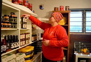 Kryddor, saft, sylt och bröd är något av det Anki säljer förutom nötkött och mejeriprodukter.