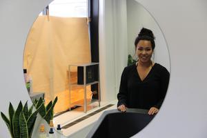 Alice Sjöstrand menar att hon kommer att fortsätta gå frisörkurser under tiden hon jobbar för att vidare utvecklas inom yrket.
