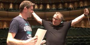Kompositören Albert Schnelzer och Gävle symfoniorkesters dirigent Jaime Martin ser fram emot torsdagens uruppförande i Ljusdal. Då blir det också bland annat Beethovens violinkonsert. Foto: Kerstin Monk