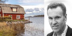 Fastighetsmäklaren Kjell Johansson är fascinerad av det drygt 80 år gamla huset på Fogdö. Foto: Ulf Gustavsson / Kjell Johanssons fastighetsbyrå