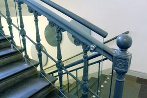 Det gamla trapphusets järnräcken var för låga för dagens standard och höjdes fiffigt med plexiglas.