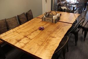 De stora borden i björkträ är skapade av Bäckström Woodwork i Skutskär.