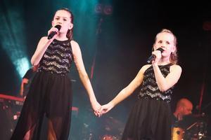 Hilda Andersson och Isidora van Essen inledde hela Talangjakten genom att sjunga Kan det bli vi två? av Bianca Wahlgren och Malin Eriksson.