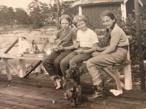 Så här såg det ut när de båda vännerna lekte som barn. Från vänster Jenny (som är lillasyster till Christina), Charlotte Gunnarsson och Christina Collot d'Escury. Foto: Privat