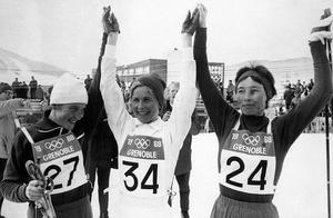 Toni Gustafsson hyllas av de övriga medaljörerna efter det första OS-guldet av två i Grenoble 1968.