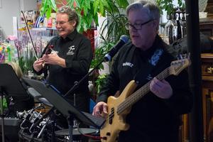 För Kenneth Berg, Sven-Gösta Näslund och de andra musikerna i Farbror Börjez är kommunturnén under kulturveckan också ett sätt att hinna umgås med varandra.