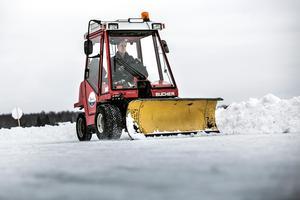 Roger Löfgren plogar med isdubbar runt halsen – han har varit med om att traktorn gått genom isen.