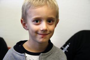 Sixten Andersson är 5 år och brukar hänga med i vattenrutschbanorna. Han har några år på sig att träna innan han får börja tävla.