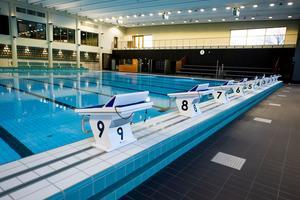 Den stora skillnaden till varför de kommunala baden håller stängt och inte till exempel gym som Friskis & Svettis är att gymmen drivs i privat regi och baden drivs i kommunal regi, skriver debattförfattarna.