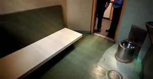 Inifrån en cell vid polishuset i Västerås.