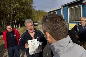Anders Jönsson, projektansvarig för Sjöräddningssällskapet överlämnade ett certifikat till Mathias Darmell, uppsyningsman för Sjöräddningssällskapet i Gävle.