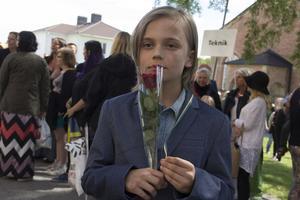 Andreas Bordin firade storasyster Tove med en djupröd ros.
