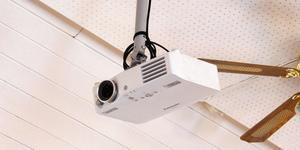 Det finns redan en videokanon i taket men man jobbar på att kunna få upp en bättre.