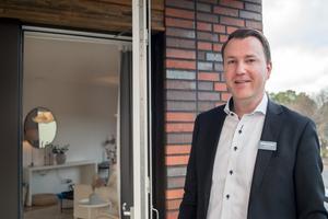 Mäklare Johan Lind på Mäklarhuset i Västerås ansvarar för försäljningen av lägenheterna i de trekantiga husen på Gideonsberg.