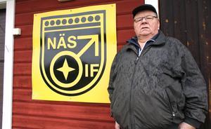 Lars-Göran Pettersson brinner för klubbmärket Näs IF och vill betona att föreningen lever vidare, trots att fotbollssektionen är vilande.