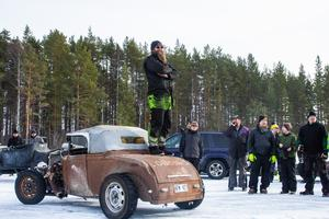 Inför isracet håller Björn Friberg i ett förarmöte, så förarna vet vad som gäller på isen.
