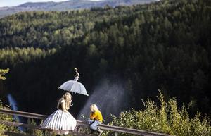 Mor och son, Kajsa Linderholm som Blomhåret och Malte Seldahl som Jens, sjunger med vattenfallet.