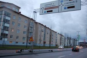 Räddningstjänsten i Jönköping larmades på söndagen till Odengatan för att ta bort en lyktstolpe som fallit över vägbanan.