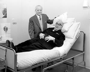Lindesbergs lasarett togs i bruk våren 1961. Vid pressvisningen fick lasarettsdirektionens ordförande Gustaf Larsson provligga en av patientsängarna. Intill honom syns sjukvårdsstyrelsens ordförande Elof Eriksson från Karlskoga.