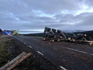 Lastbilen välte i diket. Foto: Mats Ivar Sandmo