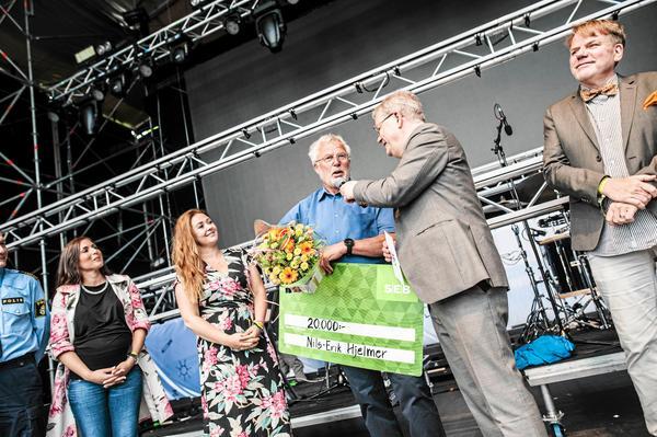 Förra årets pristagare av utmärkelsen årets vardagshjälte, Nils- Erik Hjelmer, fick ta emot priset inför publiken på Cityfestivalen.