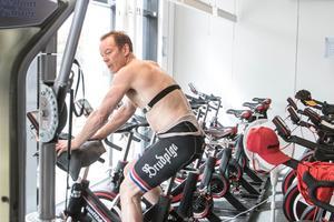 Huvudtränaren Niklas Eriksson passade på att köra ett cykelpass.