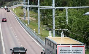 Bilden är ifrån försöket med en elektrisk väg utanför Sandviken. Lastbilarna kan använda sig at el när det finns och av förbränningsmotor annars.FOTO: Pontus Lundahl/TT
