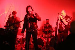 The Rum Kings rockade inne i puben, med bland annat Härjedalingarna Jocke Wall på gitarr och Staffan Bond Westfält på bas.