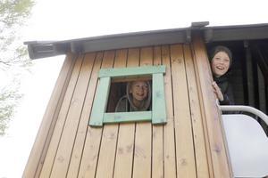 Sixten Lundin och Zeke Hedblad testade nya lekhuset.