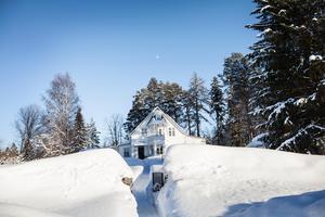 Huset byggdes 1918. Bland annat har en kapten Nyman bott i villan och han lät bygga en mur runt tomten.