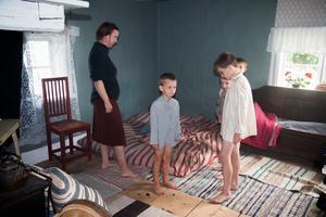 I en av scenerna hade man lagt bolster i hörnan för att gestalta hur Moas barn sov om nätterna.