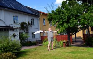 På Lindbomska gården spelas en scen om unionskrisen 1905 upp. Då dyker borgmästare Arvid Ulrich (Björn Grünewald) upp i nästan bara mässingen. Sina kläder har han blivit av med i kallbadhuset.