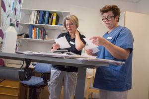 Distriktsläkaren Elin Westin och sjuksköterskan Gunilla Fritzon går igenom patientbesöken. Och det blir allt svårare att få in patienterna i schemat med halverad personalstyrka.