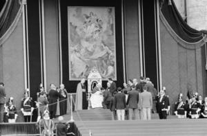 Påven Johannes XXIII hälsar på idrottsmän under olympiaden i Rom 1960. Foto: Nederländska nationalarkivet