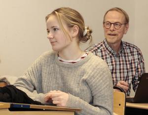 Signe Hammarson är mycket peppad att åka på resan. På bilden också rektor Johans Sennerfeldt, som den här gången blir kvar i Skutskär.