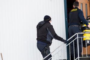 Polisen genomför en teknisk undersökning i villan.