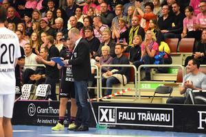 Alexander Galante-Carlström skriver under det nya treårskontraktet.