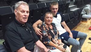 Årets BKV-spelare är utsedd. Det blir den comebackande estländaren Jaan Puidet, som här ses med två av sina supportrar, Lars-Ove Lundeteg och Eva Axstål.