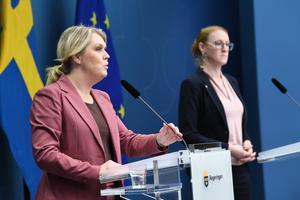 Socialminister Lena Hallengren (S) och Emma Spak, chef för hälso- och sjukvårdssektionen SKR, höll på onsdagen presskonferens på temat vaccin. Foto: Fredrik Sandberg/TT