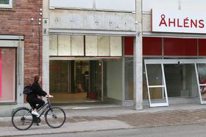 Hemköp har funnits på Kyrkgatan i Östersund i 26 år. Men efter flera års kämpande har kampen getts upp, och skyltarna plockats ned.