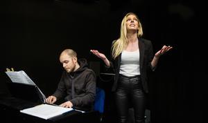 Ellinor Berglund sjunger ett smakprov ur musikteatern, ackompanjerad av Jonas Olofsson.