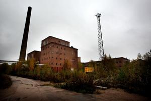När orden omsätts i praktisk handling blir rivningen av fabriksbyggnaderna en av de första åtgärderna.