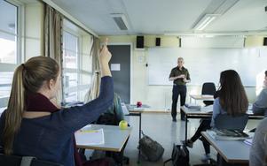 Västernorrland och Ångermanland går mot strömmen när andelen svenska gymnasieelever som får studiebidraget indraget på grund av ogiltig frånvaro fortsätter öka.