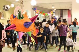 Barn och föräldrar träffas på Kulturcafé RYMD för att verka fram idéer om konst. Foto: Karen Froede