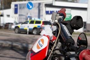 Våren går över i försommar, och allt fler ger sig ut på vägen med sin motorcykel. Då är många förare som minst vana att köra och risken är att man råkar ut för en olycka. Polis, ambulans och räddningstjänst fick rycka ut när en motorcyklist kört in i en refug på Gävlevägen i Sandviken 3 maj i år (bilden).