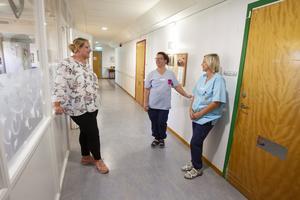 Erika Holmgren träffar på kollegorna Viveka Lind och Madde Peters i korridoren. De två ska fortsätta att arbeta fram till klockan 21.
